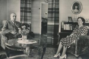 Edith ja Gunnar B. olohuoneessa (lasikuistin etualalla) 1948