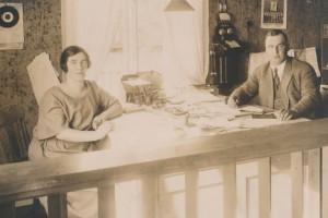 Isäntäpari Edith ja Gunnar B. sahan konttorissa 1920-luvulla