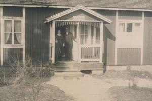 Isäntäväki Blomquist Kukkapään sahan talon edessä 1920-luvun alussa ennen laajennusta