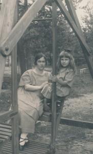 Edith ja Hjördis B. etupihan puutarhakeinussa 1924