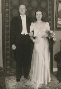 Hääpari Hjördis B. ja Mikael (Mikko) Vihavainen vihittiin Kukkapään talon ruokasalissa 1938