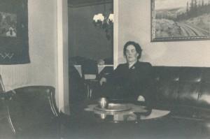 Edith B. isännän työhuoneessa (pääovesta vasemmalle) 1948