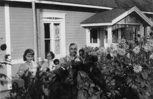 """Hjördis, Edith ja Gunnar B ja talon edessä olevat hienot """"joriinit"""" 1930-luvun alkupuolella."""