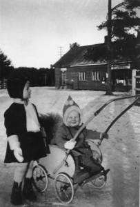 Talon vieressä oleva sahan oma osuuskaupa 1940-luvulla. Edessä Ulla ja Leena Vihavainen